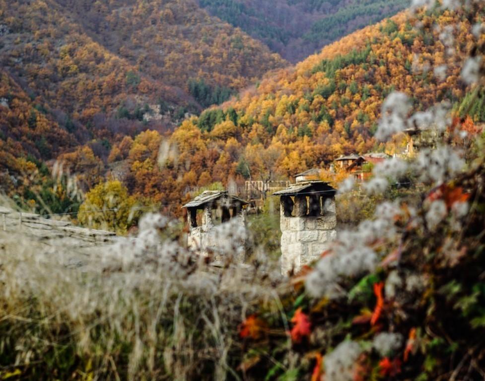 Есенен пейзаж с комин и покрив на къща в село Косово